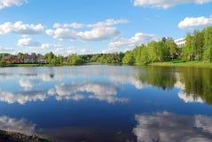 小湖的看法在镇的中心 库存图片