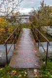 小湿窃取在城市热化管的桥梁 免版税库存照片