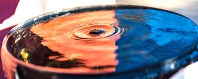 小滴蓝色红潮桶 库存图片