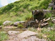 小瀑布和小河 免版税库存图片