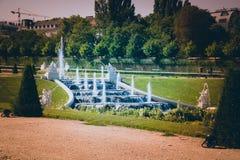 小瀑布喷泉,眺望楼庭院在维也纳,奥地利 库存照片