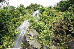 小瀑布在凌家卫岛 免版税库存照片