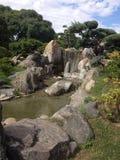 小瀑布在日本庭院里 库存图片