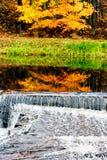 小瀑布在秋天森林里 库存照片