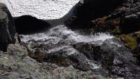 小瀑布山河飞溅和起泡沫通过岩石发怒 影视素材