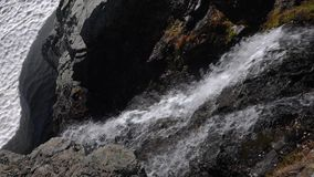 小瀑布山瀑布飞溅和起泡沫通过岩石发怒 影视素材