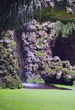 小瀑布是惊人的秀丽 在金塔da Regaleira,辛特拉,葡萄牙停放 库存图片