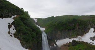 小瀑布瀑布美丽的景色在山脉Vachkazhets的在多云天 夏天堪察加半岛山风景  股票视频