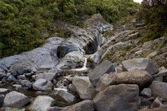 小瀑布落在岩石 免版税图库摄影