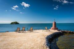 小灯塔和多岩石的海滩在马拉松,佛罗里达 图库摄影