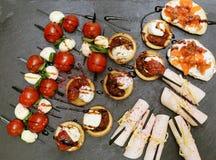 小点心开胃开胃菜用青纹干酪,薄菏和 库存照片