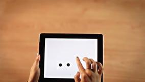 画小点的顶视图女性手加点在数字式片剂的惊叹号标志 影视素材