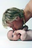 小父亲他亲吻 免版税图库摄影