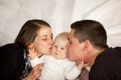 小父亲女孩亲吻他们的母亲 库存照片