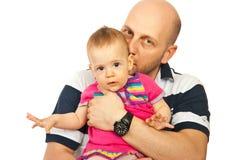 小父亲女孩亲吻 免版税库存照片