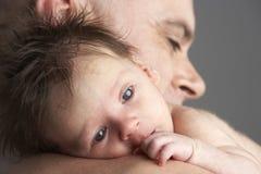 小父亲拥抱新出生 免版税库存图片