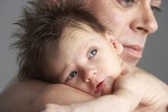 小父亲拥抱新出生 免版税图库摄影