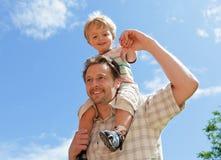 小父亲肩扛儿子 免版税库存图片