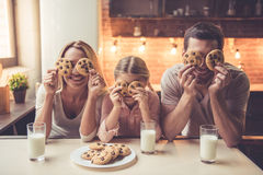 小爸爸系列藏品厨房妈妈年轻人的读取儿子 库存照片