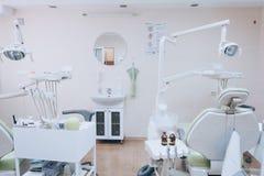 小牙齿诊所口腔医学内部与专业椅子的在绿色 牙科,医学,医疗设备和 免版税库存照片