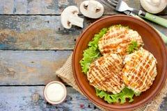 小牛排用蘑菇、乳酪、蕃茄、葱和蛋黄酱 库存图片