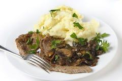 小牛肉一片无骨的肉用饲料和蘑菇 库存图片
