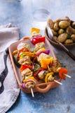 小牛肉串用卤汁泡用龙篙、迷迭香和小茴香在灰色 图库摄影