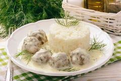 小牛肉丸子用莳萝调味并且煮沸了米 免版税库存图片