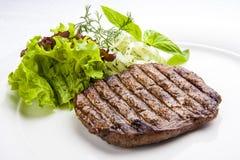 小牛肉在一块白色板材的里脊肉牛排 图库摄影