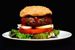 小牛肉汉堡包用沙拉 免版税库存图片