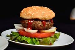小牛肉汉堡包用沙拉 库存照片