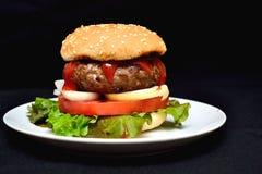 小牛肉汉堡包用沙拉 免版税图库摄影