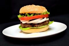 小牛肉汉堡包用沙拉 免版税库存照片