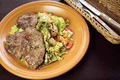 小牛肉沙拉用蘑菇和西红柿 免版税库存图片