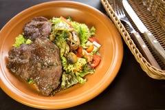 小牛肉沙拉用蘑菇和西红柿 免版税库存照片