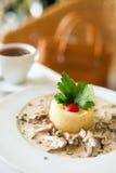 小牛肉炖重汁肉丁在味淡的奶油沙司的 图库摄影