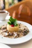小牛肉炖重汁肉丁在味淡的奶油沙司的 免版税库存图片