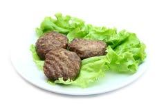 小牛肉炸肉排用在白色背景的莴苣 免版税库存图片