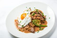 小牛肉用欧洲防风草纯汁浓汤、芦笋、蛋和味噌蘑菇酱油 免版税库存图片