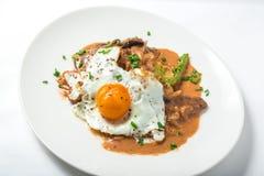 小牛肉用欧洲防风草纯汁浓汤、芦笋、蛋和味噌蘑菇酱油 免版税库存照片