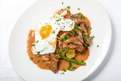 小牛肉用欧洲防风草纯汁浓汤、芦笋、蛋和味噌蘑菇酱油 免版税图库摄影