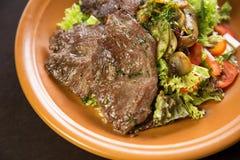 小牛肉装饰用蕃茄、蘑菇和莴苣 免版税库存照片