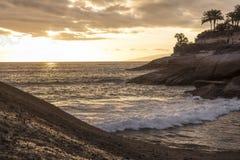 小特内里费岛海湾的镇静大西洋在黄昏 免版税库存图片