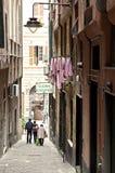 小狭窄的街道在老镇热那亚,意大利 库存图片