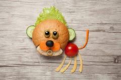 小狮子由面包和菜做成在木头 免版税库存图片