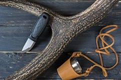 小猎刀和一块玻璃在皮革案件 鹿的垫铁 库存照片