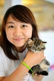 小猫在妇女手上 免版税库存照片