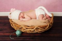 小猫服装的新出生的婴孩 免版税库存图片