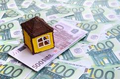 小玩具房子是在一套的谎言绿色金钱衡量单位 免版税库存图片