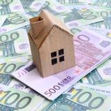 小玩具房子是在一套的谎言绿色金钱衡量单位 免版税图库摄影
